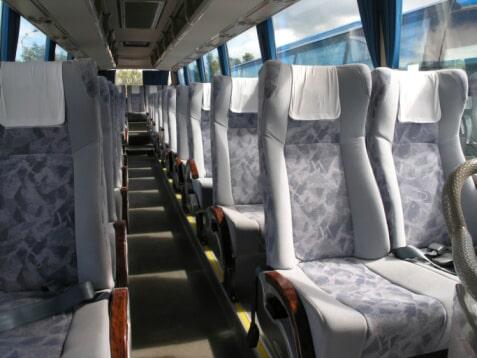 כמה אנשים נכנסים באוטובוס ורכבי הסעות?